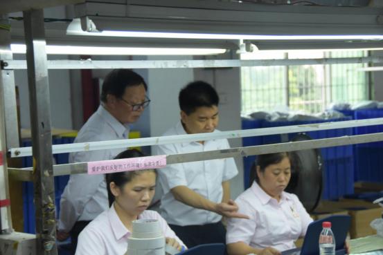 隆力奇集团董事长许之伟先生在乐虎体育医疗科技董事长刘玉华陪同下参观乐虎体育的生产线